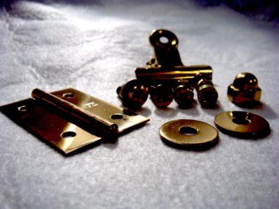 金色のネジ、丁番、ワッシャー等